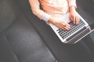 パソコンで作業をしている人