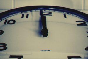 11時59分を指す時計の針