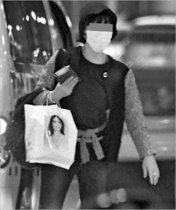 買い物袋を持ち歩く女性