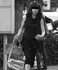 黒いワンピースを着て歩くビートたけしの妻