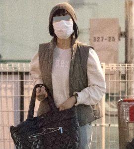 バッグを手に持ちこちらを見つめるマスク姿のビートたけしの妻