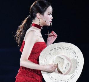 赤い衣装を着てサングラスと帽子を手に持つイムウンス