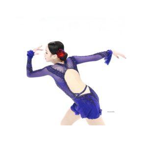 紫の衣装を着た後ろ姿のイムウンス
