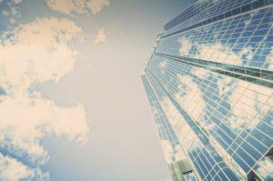 そびえ立つビルの写真