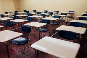 学校の教室に並べられた机と椅子