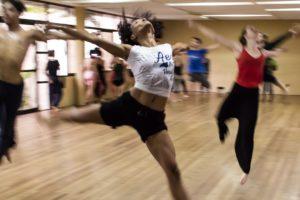 ダンスレッスンをする人々