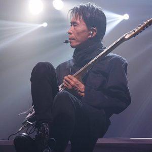 ギターを弾く平沢進