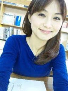 青い服を着た河村和奈