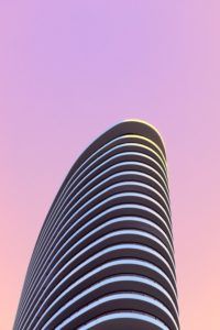 夕陽に染まるマンション
