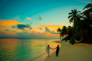 海辺を歩く男女