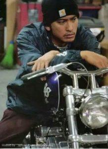 バイクに乗る長瀬智也
