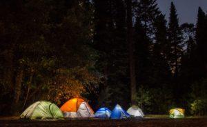 キャンプをしているテントの写真
