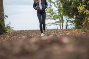 スキニーパンツを履いて歩く女性