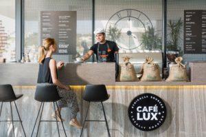 カフェの客と店員の画像