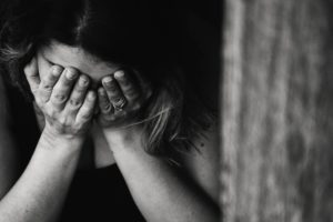 顔を手で覆い泣いている女性