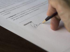契約書にサインをする画像
