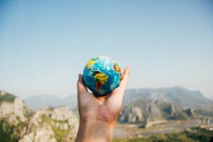 地球儀を手に持つ画像