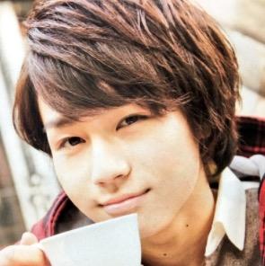 コーヒーカップを持つ松田元太