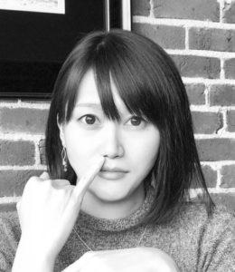 橋本あゆみが小指を立てている写真