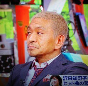 赤いネクタイを着用した松本人志