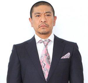 ピンクのネクタイを着用している松本人志