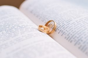 本の上に並んだ結婚指輪