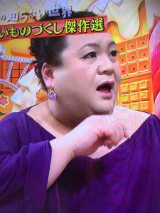 紫色のイヤリングを付けたマツコ