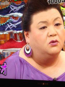 紫のイヤリングを付けたマツコ
