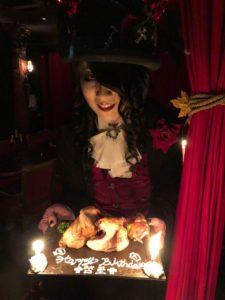 tん常備ケーキを手に持つローズ伯爵
