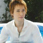 白いシャツを着た戸塚翔太