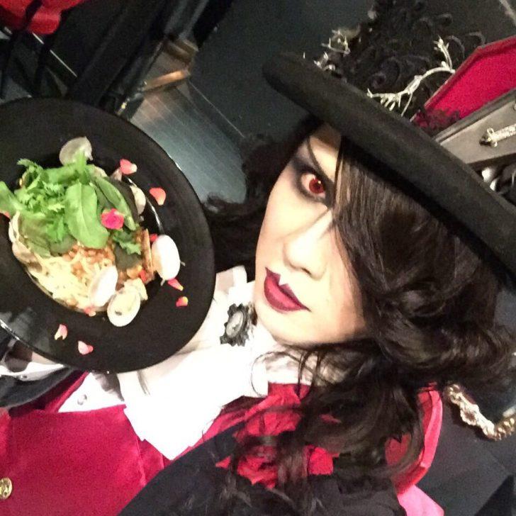 料理を手に持つローズ伯爵
