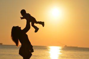 母親と子供のシルエット