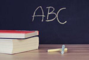 黒板に描かれたアルファベッド