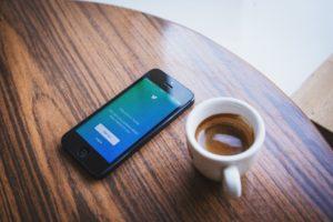 twitter画面のスマホとコーヒー