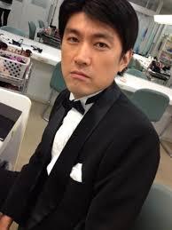 蝶ネクタイ姿の藤井貴彦