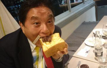 パンを食べる河村市長