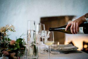 グラスにワインを注ぐ手