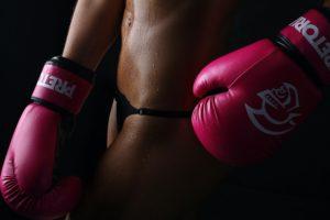 ボクシンググローブをつけた男性
