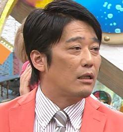 ピンクのスーツを着た坂上忍