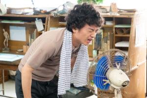 扇風機の風に当たる染谷将太