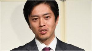 スーツ姿の吉村知事