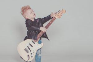 ギターを持った男の子