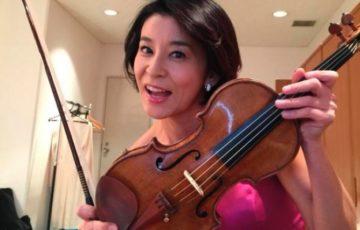 バイオリンを持つ高嶋ちさ子