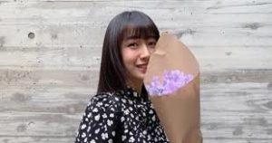 花束を持つcocomi
