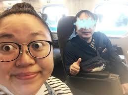 新幹線の中で写真を撮る江上敬子と目を加工され隠された旦那
