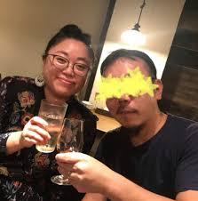 お酒を片手に写真を撮る江上敬子と旦那のヒロユキ