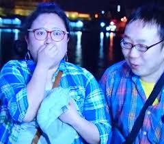 口元を隠す江上敬子とヒロユキ