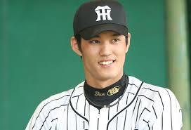 阪神タイガースのユニフォームを着て微笑む藤浪晋太郎