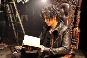 本を読むGackt