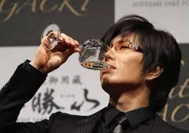 お酒を飲むGACKT